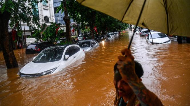 Mobil dan bus Transjakarta terendam banjir di Jalan Kemang Raya, Jakarta Selatan