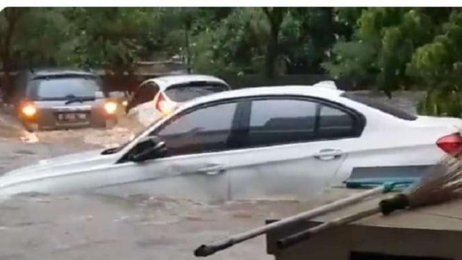 Mobil BMW hanyut terbawa arus banjir