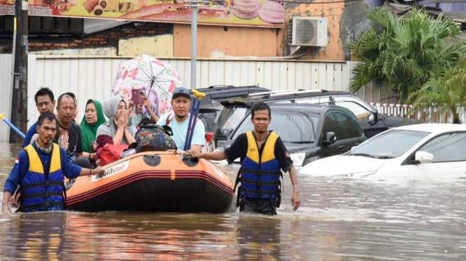 Petugas SAR mengevakuasi korban banjir di Jatibening Bekasi