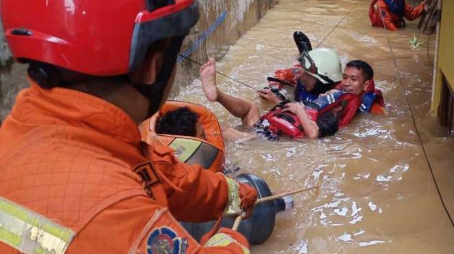 Tim SAR mengevakuasi warga korban banjir di sejumlah wilayah di Jakarta Barat, Jumat 3 Januari 2020.