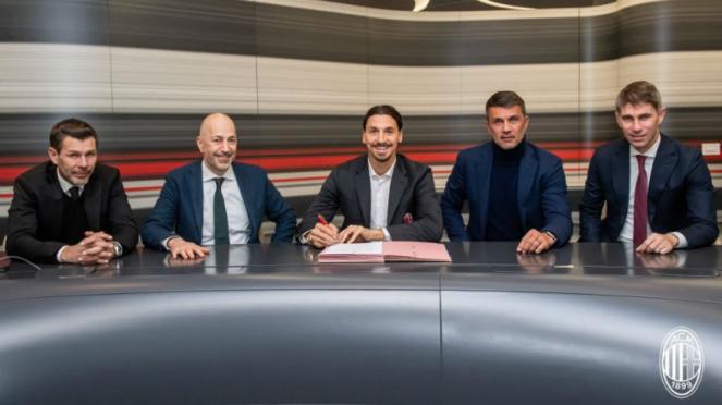 Striker AC Milan, Zlatan Ibrahimovic (tengah)