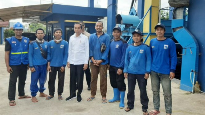 Presiden Joko Widodo saat mengunjungi waduk Pluit.