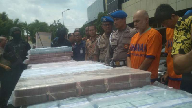 Kepolisian Daerah Jawa Timur memperlihatkan barang bukti uang Rp50 miliar dan be