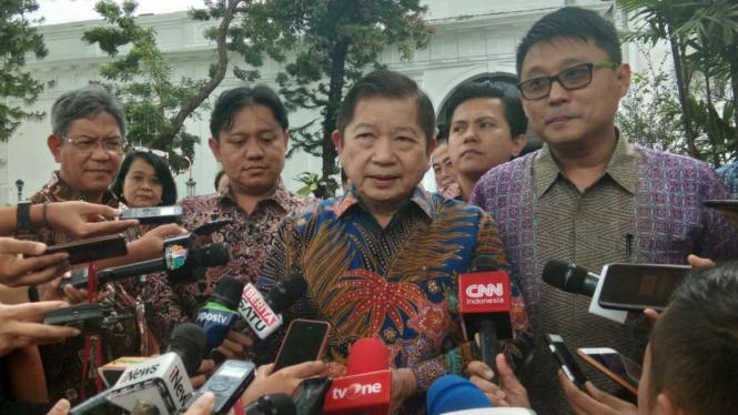 Menteri PPN/Kepala Bappenas, Suharso Monoarfa dan pemenang sayembara Ibu Kota.