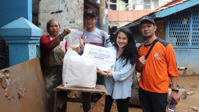 Tim Bakrie Tanggap memberikan bantuan logistik untuk warga korban banjir di RT 009/RW 3, Kampung Pulo, Kampung Melayu, Jakarta Timur, Jumat (3/1/2019).