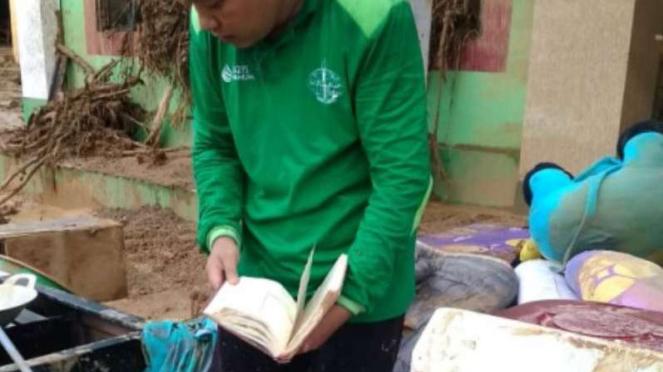 Alquran yang tidak tersentuh lumpur banjir Banten.