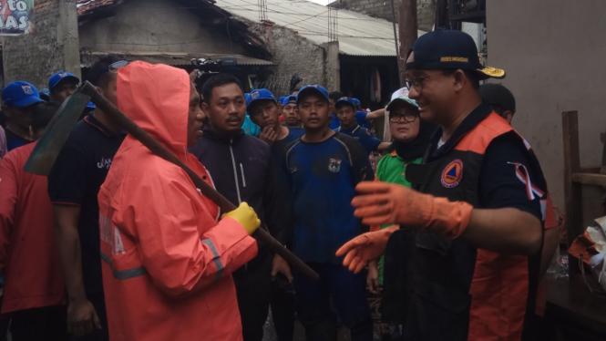 Gubernur DKI Jakarta Anies Baswedan kerja bakti di Kampung Makasar