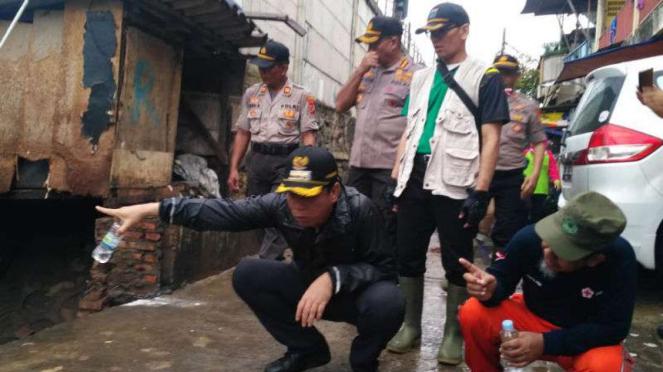 Wali Kota Jakarta Barat Rustam Effendi saat meninjau lokasi banjir.