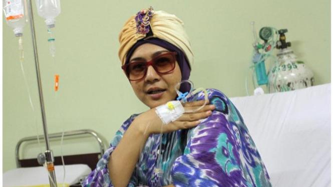 Artis Ria Irawan saat di Rumah Sakit