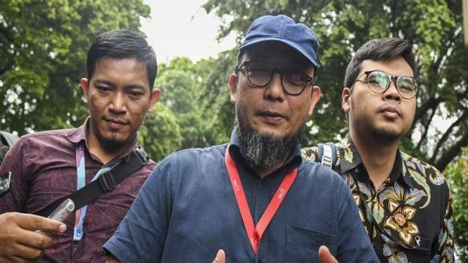 Penyidik Senior KPK Novel Baswedan (tengah) usai diperiksa di Polda Metro Jaya