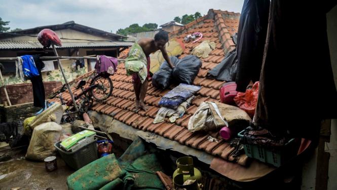 Bersih-bersih Rumah Usai Banjir Jakarta