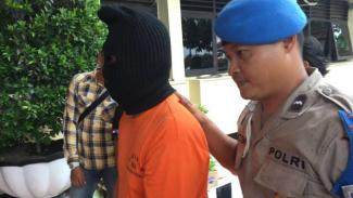 Ilustrasi penangkapan tersangka oleh polisi.