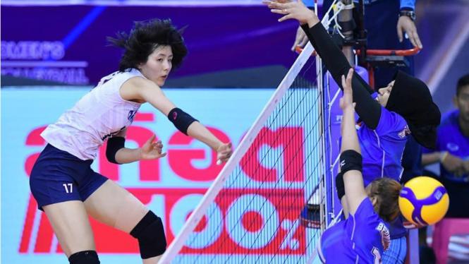 Pevoli putri Korea Selatan melepaskan samsh keras ke timnas voli putri Indonesia