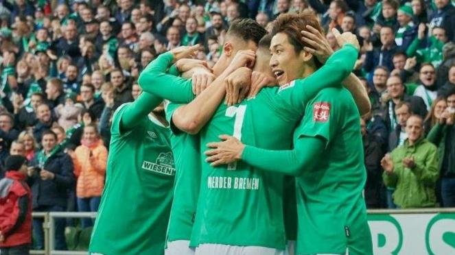 Para pemain Werder Bremen merayakan gol