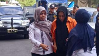 Satu di antara tiga tersangka pembunuh seorang hakim di Pengadilan Negeri Medan, bernama Zuraida Hanum, digelandang ke kantor polisi untuk diperiksa pada Rabu, 8 Januari 2020.