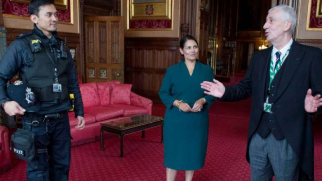 Habibi Syaaf (kiri) asal Indonesia diterima Mendagri Inggris Priti Patel
