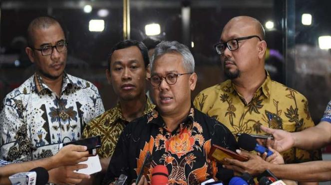Ketua KPU Arief Budiman (kedua kanan) di kantor KPK Jakarta