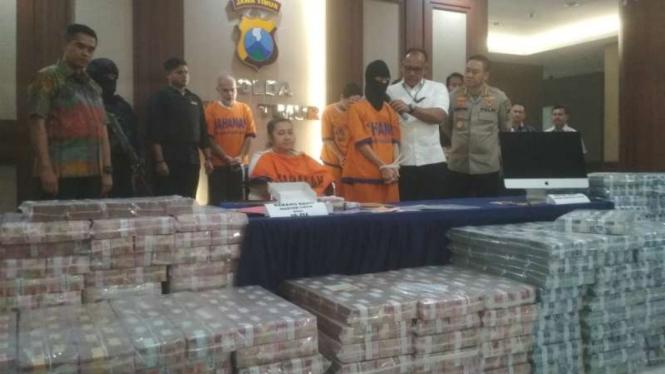 Kepala Polda Jawa Timur Irjen Pol Luki Hermawan membeberkan bukti uang Rp122 M dan tersangka investasi Memiles di Surabaya pada Jumat, 10 Januari 2020.