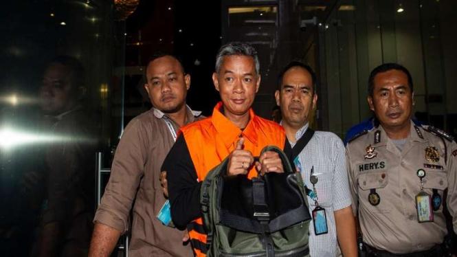 Komisioner KPU Wahyu Setiawan (kedua kiri) mengenakan rompi tahanan KPK