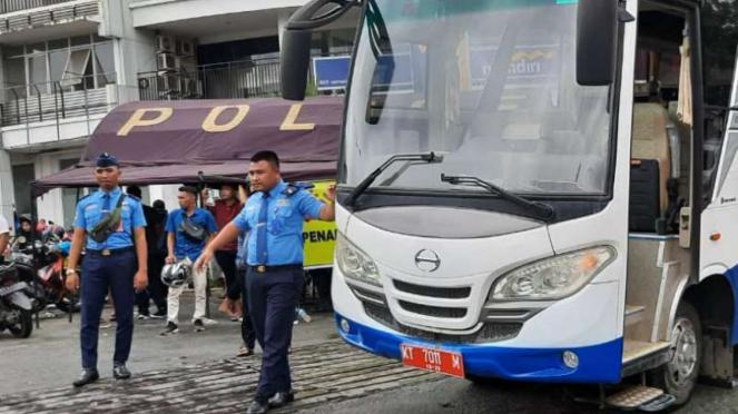 Bus untuk calon penumpang di Bandara APT PRanoto Samarinda.