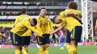 Para pemain Arsenal rayakan gol.