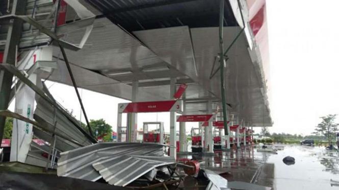 Atap SPBU rusak parah di rest area Cipali akibat angin kencang