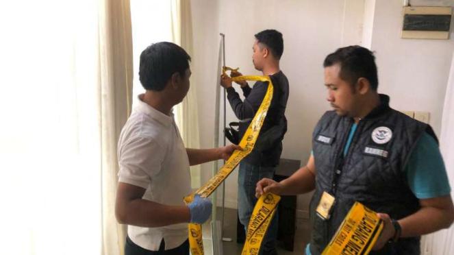 Polisi menyegel sebuah klinik berpraktik penyuntikan stem cell secara ilegal di kawasan Kemang, Jakarta Selatan, pada Sabtu, 11 Januari 2020.