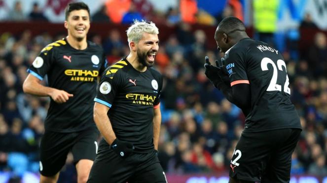 Striker Manchester City, Sergio Aguero merayakan gol