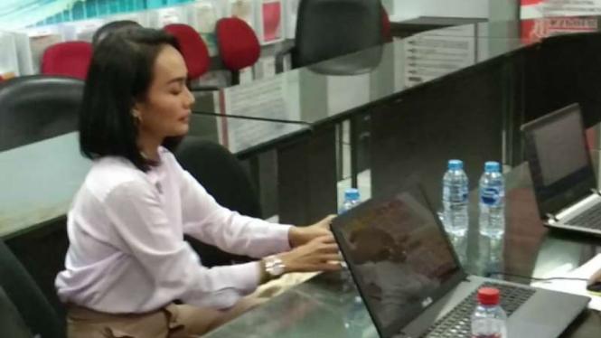 Penyanyi Eka Deli Mardiyana menjalani pemeriksaan dalam kasus bisnis investasi ilegal Memiles di Markas Polda Jatim di Surabaya pada Senin, 13 Januari 2020.