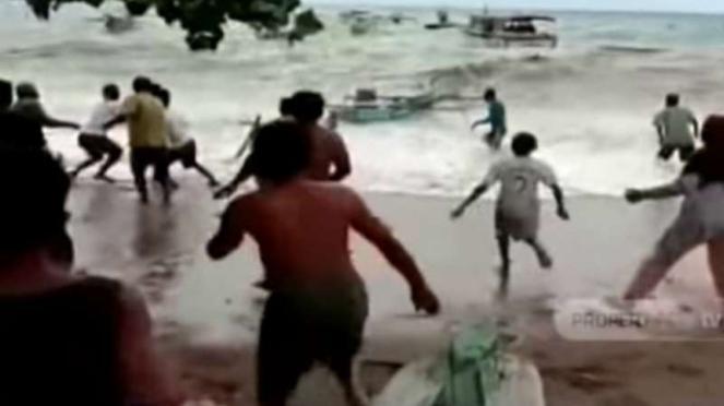 Para pengunjung kawasan wisata pantai Botutonuo di Kabupaten Bone, Sulawesi Selatan, panik dan berhamburan setelah melihat ombak di laut itu mendadak pasang atau naik.