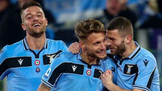 Para pemain Lazio merayakan gol Ciro Immobile (tengah)