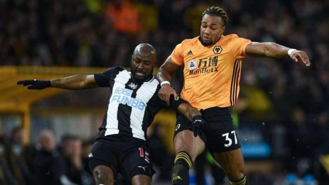 Bek Newcastle United, Jetro Willems (kiri), menghadang laju Adama Traore