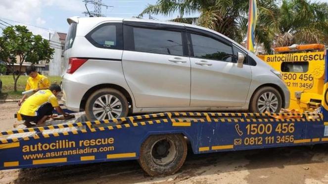 Ilustrasi towing asuransi mobil