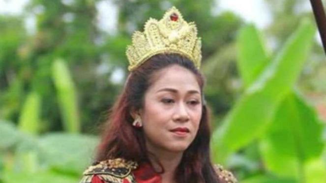 Kanjeng Ratu kerajaan agung sejagat alias Dyah Gitarja.