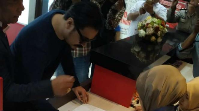 Penyanyi Marcello Tahitoe alias Ello sesaat sebelum diperiksa sebagai saksi dalam kasus investasi ilegal Memiles di Markas Polda Jatim di Surabaya pada Selasa, 14 Januari 2020.