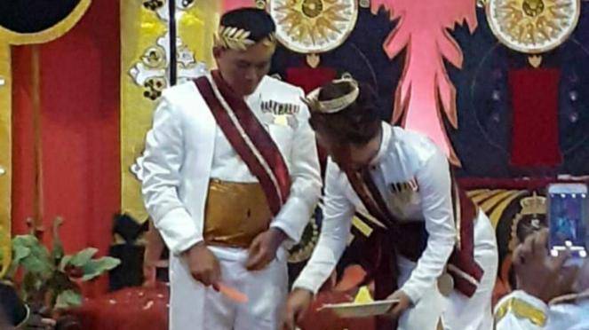 Raja dan Ratu Kerajaan Agung Sejagat di Purworejo, Jawa Tengah.