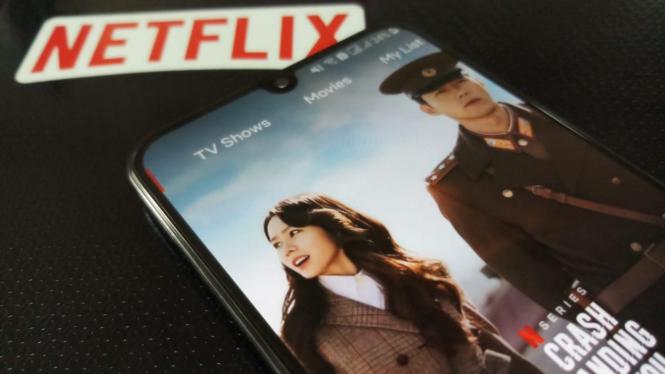 Menonton drama Korea di Netflix.