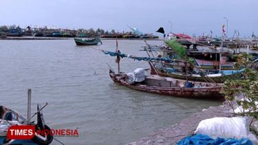https://thumb.viva.co.id/media/frontend/thumbs3/2020/01/14/5e1dad4a70a76-tak-melaut-ini-yang-dijalankan-nelayan-lamongan-untuk-bertahan-hidup_375_211.jpg