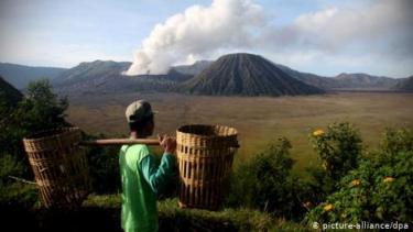 https://thumb.viva.co.id/media/frontend/thumbs3/2020/01/15/5e1ea0d5b65d0-fakta-seputar-cincin-api-pasifik-daerah-rawan-gempa-dan-letusan-gunung-api_375_211.jpg