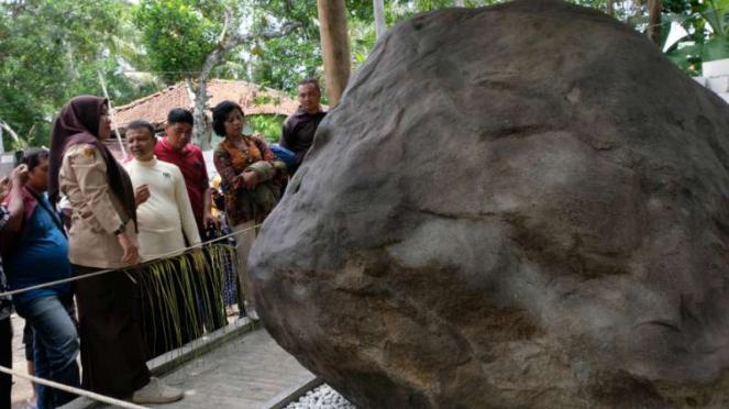 Sejumlah pengunjung menyaksikan batu prasasti di kompleks Keraton Agung Sejagat