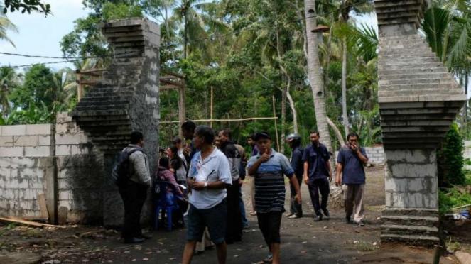 Sejumlah pengunjung berada di gapura pintu masuk komplek Keraton Agung Sejagad D