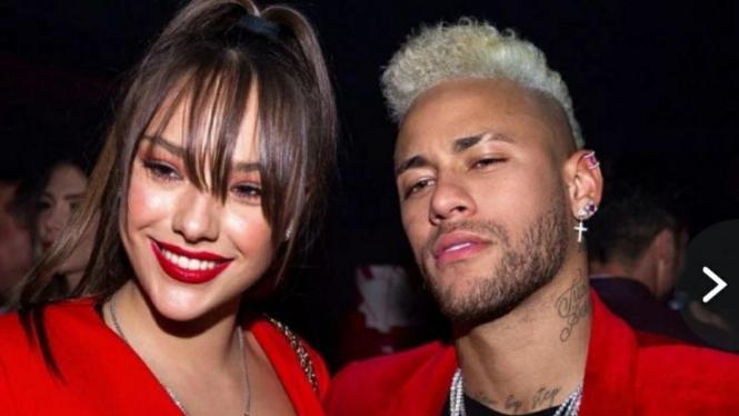 Neymar bersama model Rusia, Katerina Safarova.