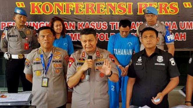 Kapolda Jawa Tengah Irjen Pol Rycko Amelza Dahniel (keempat kiri) menjelaskan tentang kasus Keraton Agung Sejagat di Purworejo dengan dua tersangkanya, Toto Santoso (kelima kiri) dan Fanni Aminadia (ketiga kiri), saat konferensi pers di Mapolda Jateng