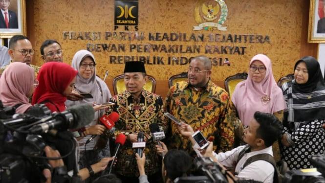 Ketua Fraksi PKS di DPR Jazuli Juwaini (tengah) bersama anggora Fraksi PKS.