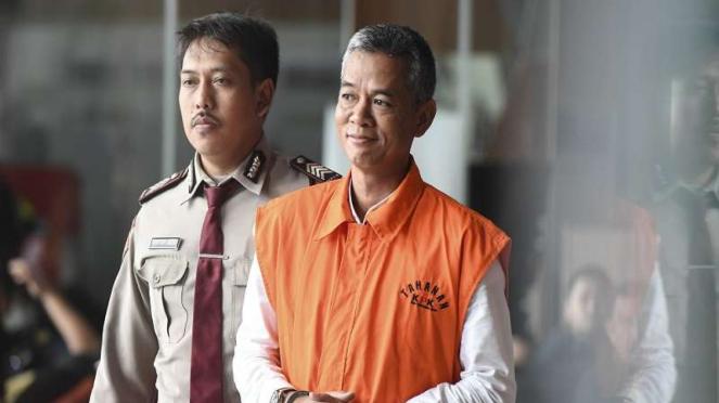 Komisioner KPU Wahyu Setiawan (kanan) berjalan seusai diperiksa di gedung KPK