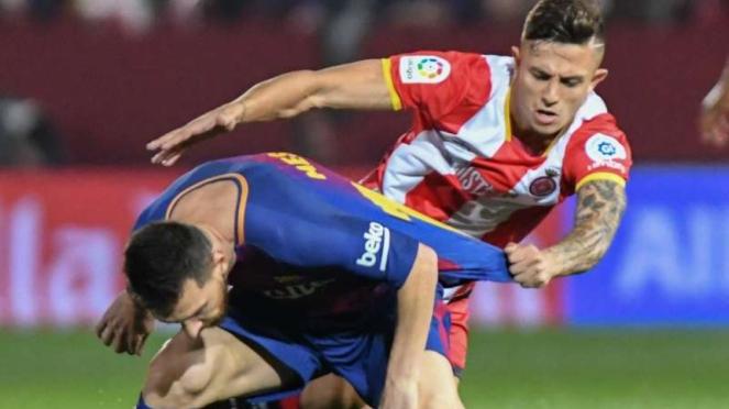 Megabintang Barcelona, Lionel Messi, dikawal ketat bek Girona, Pablo Maffeo