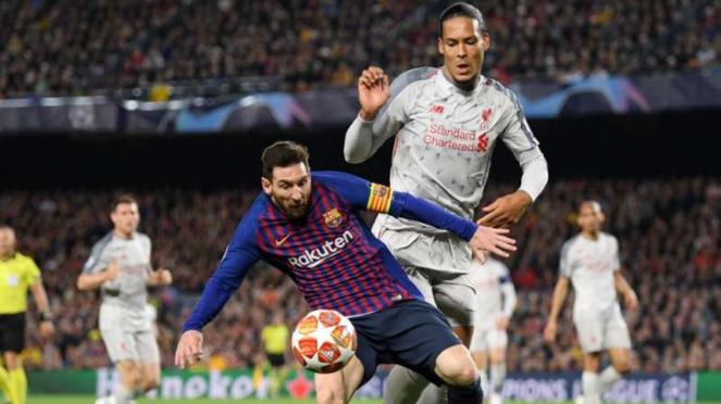 Megabintang Barcelona, Lionel Messi, dikawal bek Liverpool, Virgil van Dijk