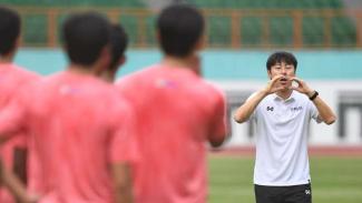Pelatih Timnas Indonesia, Shin Tae-yong, tengah memberi arahan