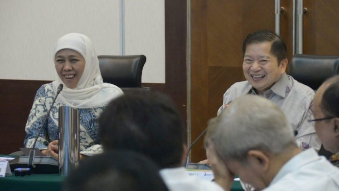 Gubernur Khofifah Indar Parawansa bersama Menteri Bappenas Dr. (HC) Ir. H. Suharso Monoarfa.