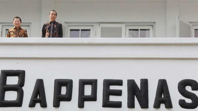 Presiden Jokowi dan Kepala Bappenas di beranda Gedung Bappenas.